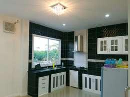 บ้านเดี่ยวสองชั้น ออกแบบและเลือกวัสดุตามใจลูกค้า:  ห้องครัว by บริษัท ซายแอค คอนทรัคชั่น จำกัด
