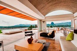 CASA RECREO - EL PEÑOL ANTIOQUIA-: Salas de estilo moderno por FR ARQUITECTURA S.A.S.