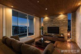 丘陵にそびえ建つリゾビアンコ: 納得住宅工房株式会社 Nattoku Jutaku Kobo.,Co.Ltd.が手掛けたリビングです。