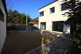김해시 중목구조 주택: 블루하우스 코리아의  주택