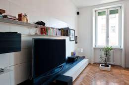 parete attrezzata / TV: Soggiorno in stile in stile Moderno di Gianluca Bugeia ARCHITETTO