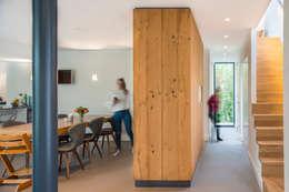 Garderobekast als roomdivider: moderne Gang, hal & trappenhuis door Architect2GO
