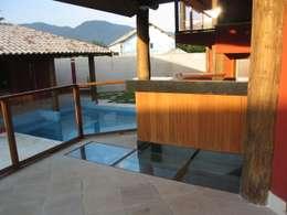 Varanda com Bar e piso de vidro: Piscinas de jardim  por Maria Dulce arquitetura