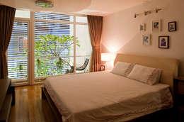 Cây xanh luôn xuất hiện ở mọi nơi trong căn nhà.:  Phòng ngủ by Công ty TNHH Xây Dựng TM – DV Song Phát