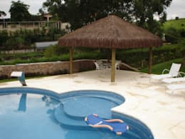 GAZEBO EM MADEIRA TRATADA: Piscina  por Tropical Ambientes e Lazer