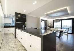 Iluminación vivienda en Tarragona: Cocinas integrales de estilo  de Luxiform Iluminación