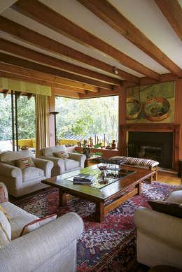 Hermoso Entorno · El Arrayán, Lo Barnechea, Chile: Livings de estilo moderno por Francisco Vicuña Balaresque