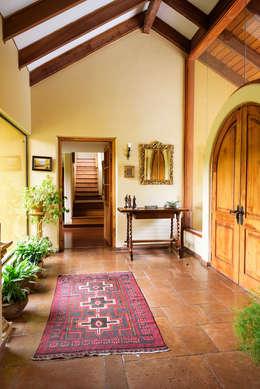 Hermoso Entorno · El Arrayán, Lo Barnechea, Chile: Pasillos y hall de entrada de estilo  por Francisco Vicuña Balaresque