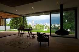JACARANDAS HOUSE: Terrazas de estilo  por Hernandez Silva Arquitectos