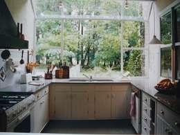CASA EN MARTINDALE: Cocinas de estilo colonial por Estudio Dillon Terzaghi Arquitectura