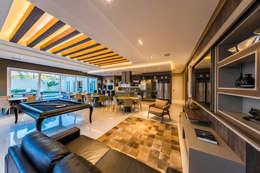 espaço gourmet: Salas de estar clássicas por TRÍADE ARQUITETURA