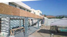TERRAZA MEDITERRANEA: Casas de estilo mediterraneo por Piscinas Espectaculares
