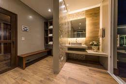 Sauna e Vestiario: Spas modernos por TRÍADE ARQUITETURA