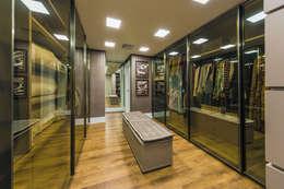 closet : Closets clássicos por TRÍADE ARQUITETURA
