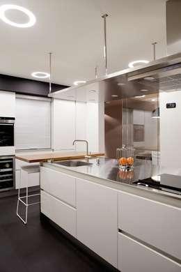 Proyecto de decoracion y ejecución de vivienda con Terraza en Loiu (Vizcaya), por Sube Susaeta Interiorismo: Cocinas integrales de estilo  de Sube Susaeta Interiorismo