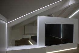 salotto-televisione: Camera da letto in stile in stile Minimalista di Giemmecontract srl.