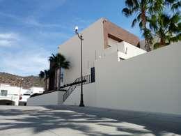 VISTA LATERAL: Casas de estilo moderno por Acrópolis Arquitectura