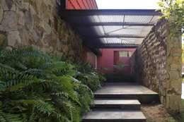 RED HOUSE: Paredes de estilo  por Hernandez Silva Arquitectos