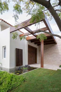 Detalle entrada principal: Casas de estilo moderno por René Flores Photography