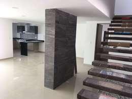 CASA YAUTEPEC 13 PARQUE CUERNAVACA LOMAS DE ANGELOPOLIS III CASCATTA PUEBLA: Escaleras de estilo  por JLSG Arquitecto