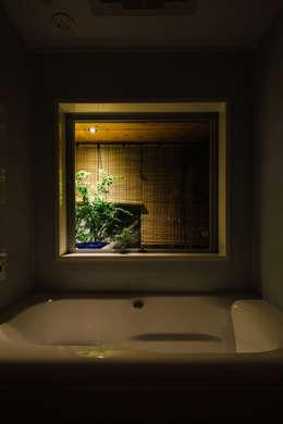 囲炉裏の住宅2: 一級建築士事務所 株式会社KADeLが手掛けた浴室です。