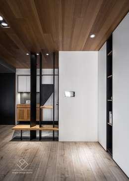 玄關造型:  走廊 & 玄關 by 極簡室內設計