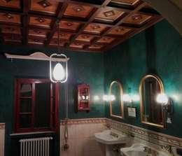 Soffitto a Cassettoni: Bagno in stile in stile classico di Falegnameria Grelli Danilo
