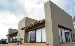Casa SQ: Casas de estilo moderno por AMR ARQUITECTOS