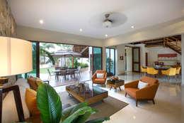 Sala, Comedor y Terraza Central: Salas de estilo moderno por Heftye Arquitectura