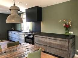 Barnwood keuken: landelijke Keuken door RestyleXL