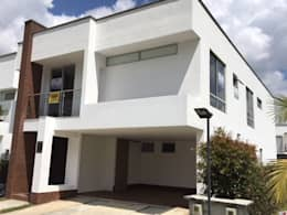 Casa El Retiro: Casas de estilo moderno por Conideal