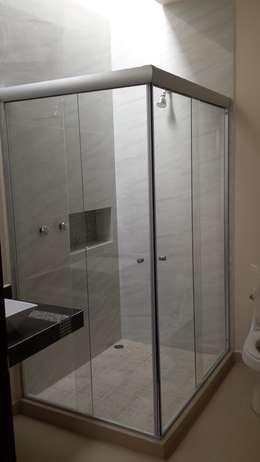 Baños de estilo moderno por DEC Arquitectos
