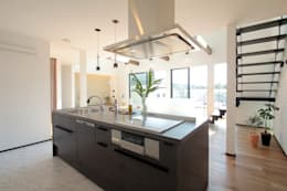 Black modern: 株式会社プラスアイが手掛けたキッチンです。