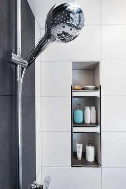 Moderne Dusche mit integrierter Nische für extra Stauraum: moderne Badezimmer von Banovo GmbH