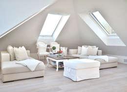 Wohnzimmer unter der Dachschräge: landhausstil Wohnzimmer von Select Living Interiors