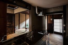 昭和小路の長屋: 山本嘉寛建蓄設計事務所 YYAAが手掛けたシステムキッチンです。