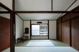 昭和小路の長屋: 山本嘉寛建蓄設計事務所 YYAAが手掛けた和室です。