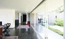 Vue sur patio et cuisine: Salon de style de style Minimaliste par TAG