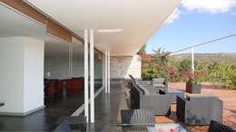 Casquette baies vitrées: Terrasse de style  par TAG