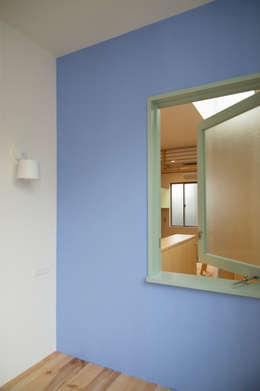 寝室の風抜き窓: 株式会社 ギルド・デザイン一級建築士事務所が手掛けた木製サッシです。