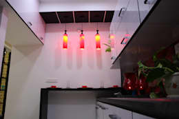 Breakfast Counter:  Kitchen units by Enrich Interiors & Decors