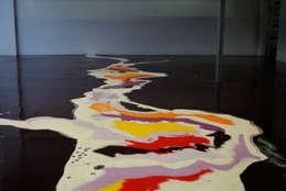Pavimento multicolore: Pareti & Pavimenti in stile in stile Moderno di Due Punto Zero