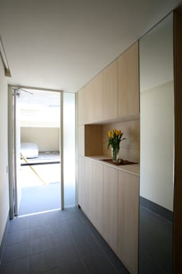 みんなの集まる家: 設計事務所アーキプレイスが手掛けた廊下 & 玄関です。