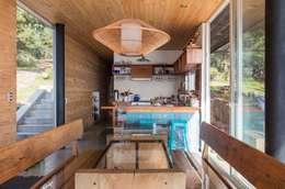 Casa Curaumilla: Cocinas equipadas de estilo  por Crescente Böhme Arquitectos