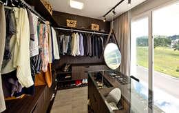 Closet: Closets minimalistas por Espaço do Traço arquitetura