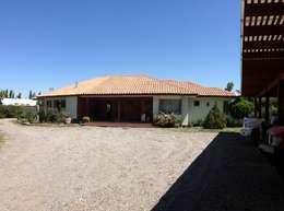 Acceso Principal: Casas de campo de estilo  por Casabella
