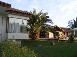 bow window : Casas de campo de estilo  por Casabella