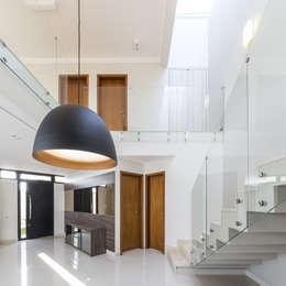 Sala de jantar e mezanino: Salas de jantar minimalistas por Vertentes Arquitetura