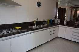Bancada da cozinha: Cozinhas campestres por Solange Figueiredo - ALLS Arquitetura e engenharia