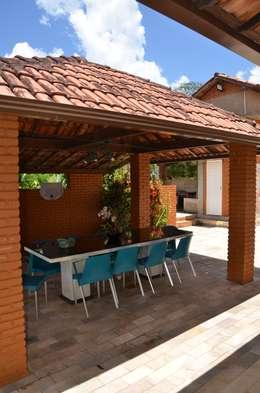 A varanda: Garagens e edículas campestres por Solange Figueiredo - ALLS Arquitetura e engenharia